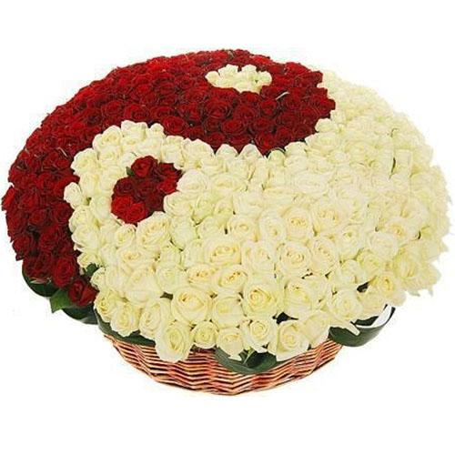 """101 роза """"Инь-Ян"""" в корзине фото"""