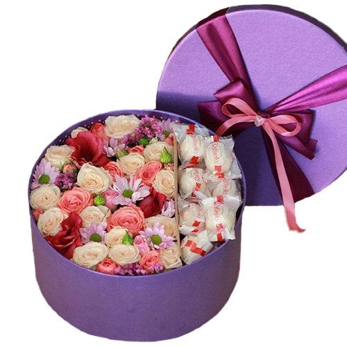"""Капелюшна коробка """"Солодкі почуття"""" квіти та raffaello"""