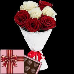 7 червоних і білих троянд з цукерками