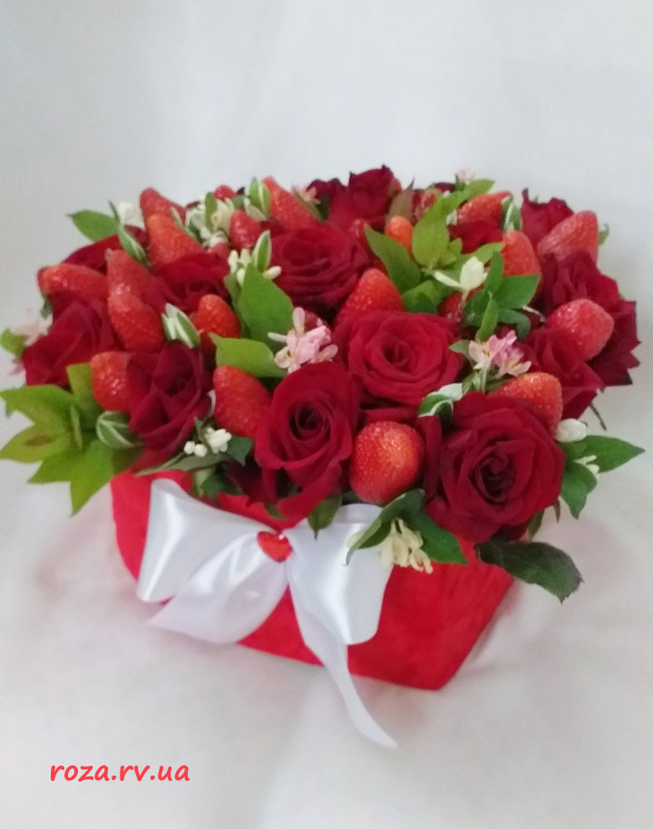 фото букет в капелюшній коробці троянди та полуниця